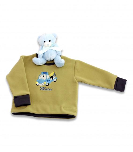 Bluza baieți din micropolar de culoare kaki, cu decolteu la baza gatului brodata cu masinuta macara si personalizata cu nume